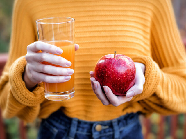 scientific benefits of juicing, juicing benefits skin, benefits of juicing weight loss, fruit juice benefits list, effects of juicing on bowels, eating pomegranate vs drinking juice, whole fruit benefits, is juice healthy, how does fruit juice compare to whole fruit, pomegranate juice vs whole fruit,